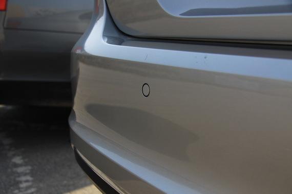新款车的原厂雷达采用内嵌设计,平整光滑