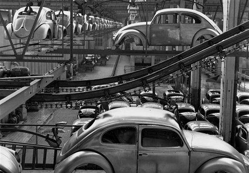 1955年沃尔夫斯堡工厂传送线上每天都出产大量的甲壳虫