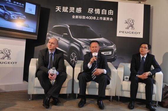 图为标致4008上市现场标致中国领导接受采访