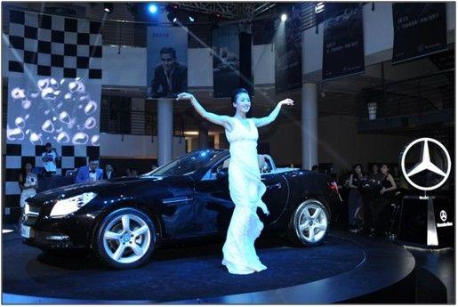 2012舞林大会总冠军黄曼小姐从SLK中徐徐走下,翩翩起舞