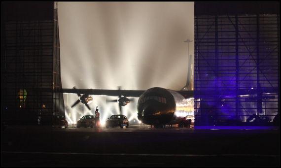 超大屏幕向两旁打开,短片中的飞机居然现身现场