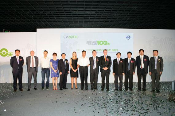 嘉定区庄区长与各作双方代表上海汽车城、沃尔沃汽车公司以及环保先锋合影