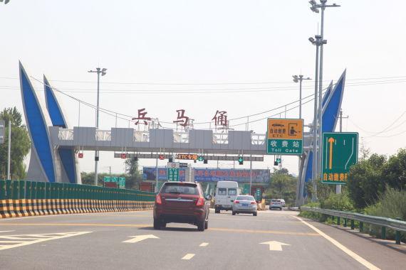 G30高速上行驶27公里,从兵马俑专线出口处离开高速