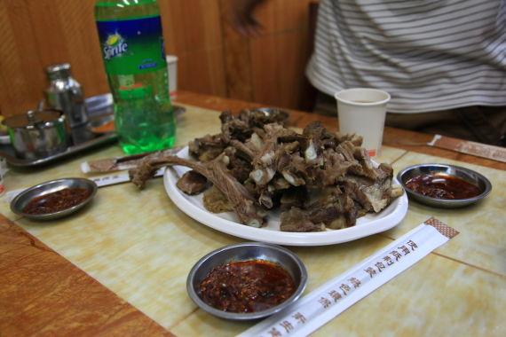 清真餐厅的特色美食手撕羊肉