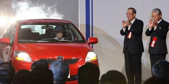 """日中经济协会会长、丰田汽车董事长张富士夫(右二)访华行程的""""意外""""取消,正值丰田汽车在华销量出现下滑之际。"""