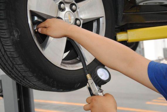 检查轮胎的胎压