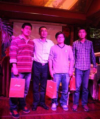 肖浩经理为获奖的三位嘉宾颁奖