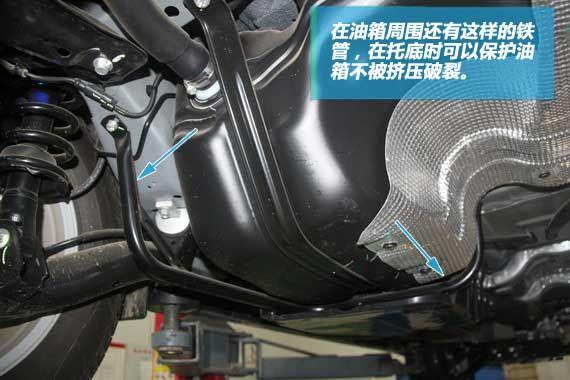 塑料油箱的周围又一圈保护用的钢管。