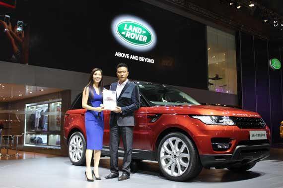 全新一代揽胜运动版中国的首位车主,演员胡军。