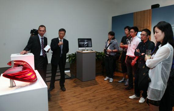 德国专家Uwe Konstanzer讲解全新S级轿车的全新LED照明系统
