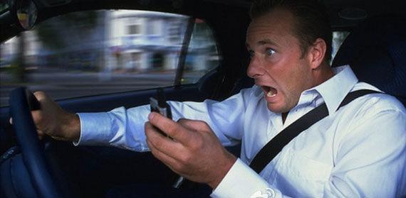 奇葩驾驶习惯Top10之开车玩手机