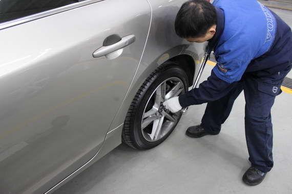检查车轮螺栓扭矩
