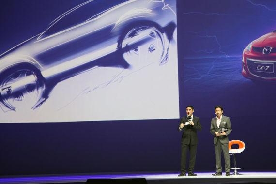 CX-7造型设计总负责人小泉严(右二)完成CX-7的草图绘制
