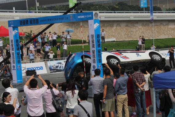 """新星骋以精准卓越的操控性能向""""双车侧轮入位最小间距""""吉尼斯世界纪录发起挑战并获得成功"""