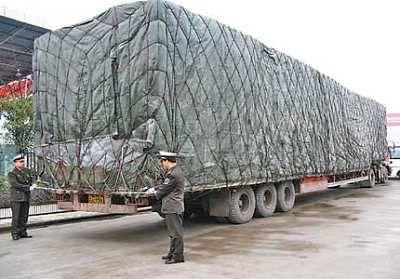 货车司机超载被查 贿赂交警不成将其拖行1公里