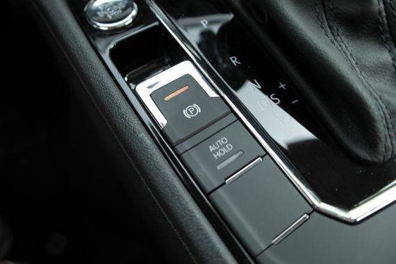 从曝光的实拍图片上来看,凌渡内饰整体在沿用了大众家族式设计风格的同时也加入了自己特有的设计风格。深色的内饰配色以及中控台大量的镀铬装饰条和仿桃木的装饰面板让凌渡看起来整体档次感更高,而T型中控台略向驾驶席一侧的偏转,不仅更加的方便驾驶员的操作,而且也十分符合凌渡轿跑车的定位。 上海大众凌渡内饰实拍图片曝光