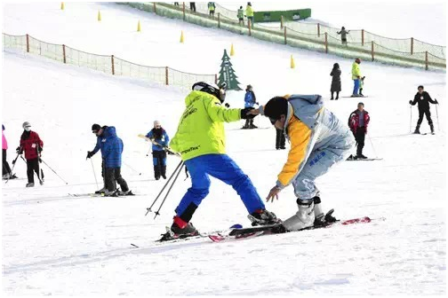 车友们畅享滑雪带来的乐趣