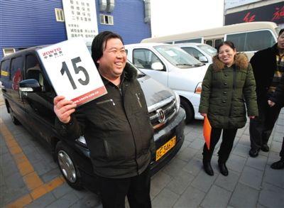 市民李孟玉以8万元的价格拍到一辆商务车