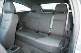 307SW第二排座椅空间宽裕,第一排座椅靠背后还设置了小桌板