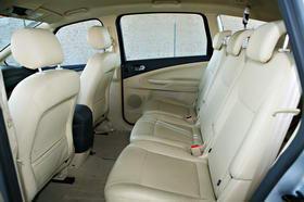 S-MAX的内饰通过银黑两种色调带来的突变显得更加前卫,前排座椅的贴合程度较为理想,类似于副驾驶座椅下的小型储物空间多达26个。第三排座椅虽然略微单薄,但是腿部空间在中排座椅前后可调的情况下,能够得到基本的保障