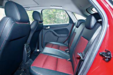 福克斯两厢在同样采用运动型座椅基础上,鲜艳的颜色使得本已比较宽敞的座椅空间会显得更加活泼。大开口的行李厢为载物尽可能地提供了更多的便利