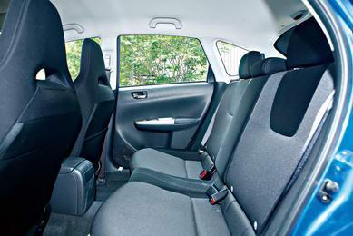 斯巴鲁翼豹前排筒形运动座椅散发出强烈的运动气息,颜色也与整个内饰非常搭调,后排座椅的腿部空间略微不足,但全新的两厢设计使得行李厢达到了翼豹车型新的高度