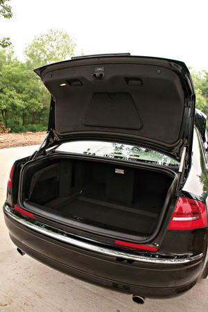 A8L的行李厢具备电动关闭功能,就连各个车门都带有自动吸合功能,A6L则全不具备