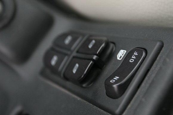 车窗升降的按钮在中央