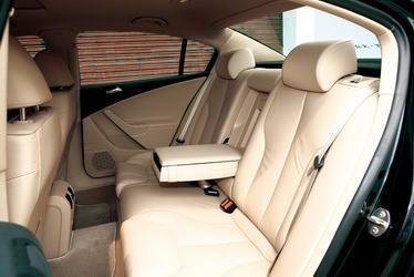 胆排驾驶席座椅可10向电动调节,并带有记忆功能