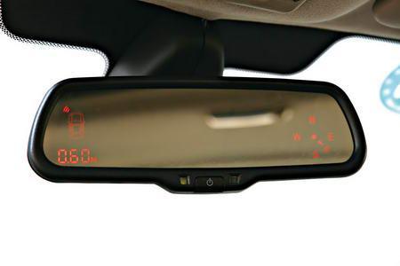 车内后视镜上集成了指南针、前后泊车雷达显示功能
