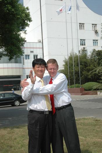 艾伦・穆拉利与江铃汽车董事长王锡高亲密拥抱。