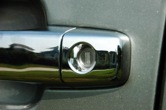 镀铬的车门拉手视觉效果很好