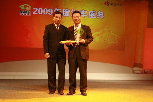 中国汽车流通协会副会长沈进军(左)和北京现代汽车有限公司品牌战略科次长郑明采(右)