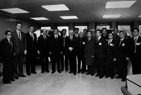 上图: 1978年,一机部长周子建率领首批代表团考察德国大众