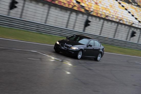宝马325i M运动型驰骋在F1赛道上