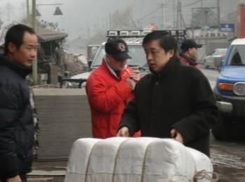 爱丽舍车友会向地震灾区赠送棉被