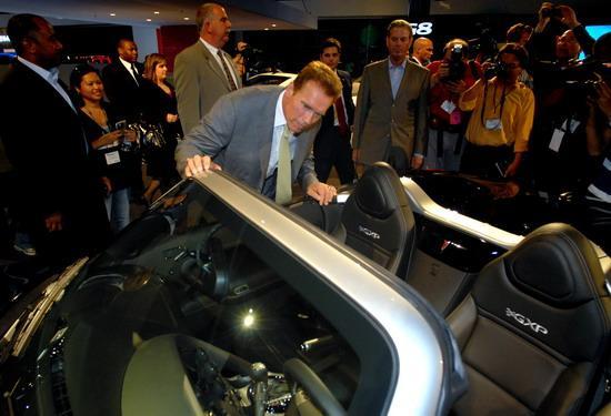 阿诺/施瓦星格观看爵士原型车庞蒂克Solstice GXP...