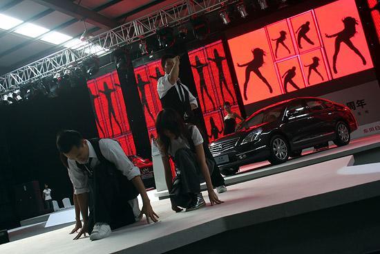 图为活动现场歌舞表演