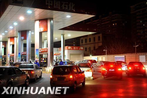 4月13日夜,车辆在北京崇文区一加油站排队加油。据国家发改委发布《国家发展改革委关于提高成品油价格的通知》,国内成品油价格自4月14日零时起上涨,汽柴油最高零售价每吨上涨320元,平均每升上涨0.24元(汽油约0.24元/升,柴油约0.27元/升)。新华社记者罗晓光摄