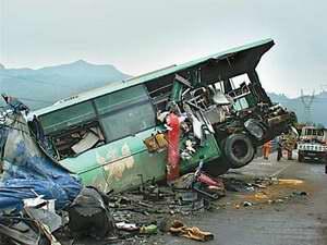 一辆客车被撞得半截悬在高速路外-京珠高速13辆车连环相撞造成人员