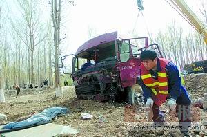 路口无红绿灯常出事金杯撞上大货车4死2伤(图)