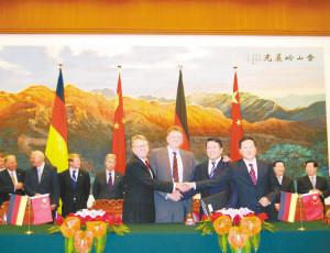 7月16日上午,福田汽车与戴姆勒的企业代表在人民大会堂共同签订了合资经营合同。