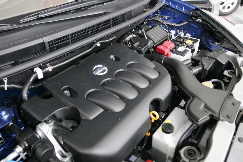 东风日产MPV骏逸Livina Geniss于2006年9月20日正式与全国媒体亮相。骏逸是一款定位于家庭用车的MPV,先上市的采用日产最先进发动机,排量为1.8升,该车系的首款车型将会在今年底在中国市场上市。图为东风日产骏逸发动机。