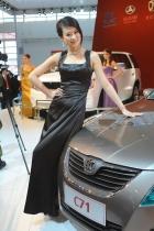 2010年北京国际车展将于4月23日至5月2日在位于北京顺义天竺工业园区的中国国际展览中心隆重举行(零部件展位于中国国际展览中心旧馆)。作为国内著名的车坛盛会之一,本次展会将有89款全球车首发,并且将有95台新能源车现场展示,成为车展新的亮点,总参展车数多达990台。 图中所示为:北汽展台7号模特