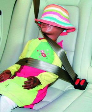 4米左右的儿童,可以使用成人安全带,但是安全带的系法也存在问题.