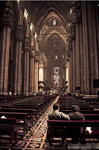 教堂内部也很有特色,从祭坛、马赛克画至宝物室,都值得观赏