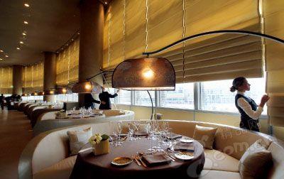 餐厅内同样散发着优雅与低调的奢华。