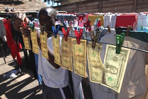 2010年7月6日,津巴布韦哈拉雷的居民亚历克斯将清洗好的一美元纸币挂在晾衣绳上。