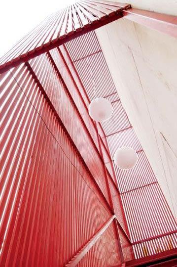 。方家胡同46号院内常见到这种红色钢铁材质建方家胡同46号院内常见到这种红色钢铁材质建筑。