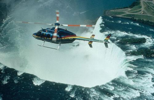 直升机飞越瀑布